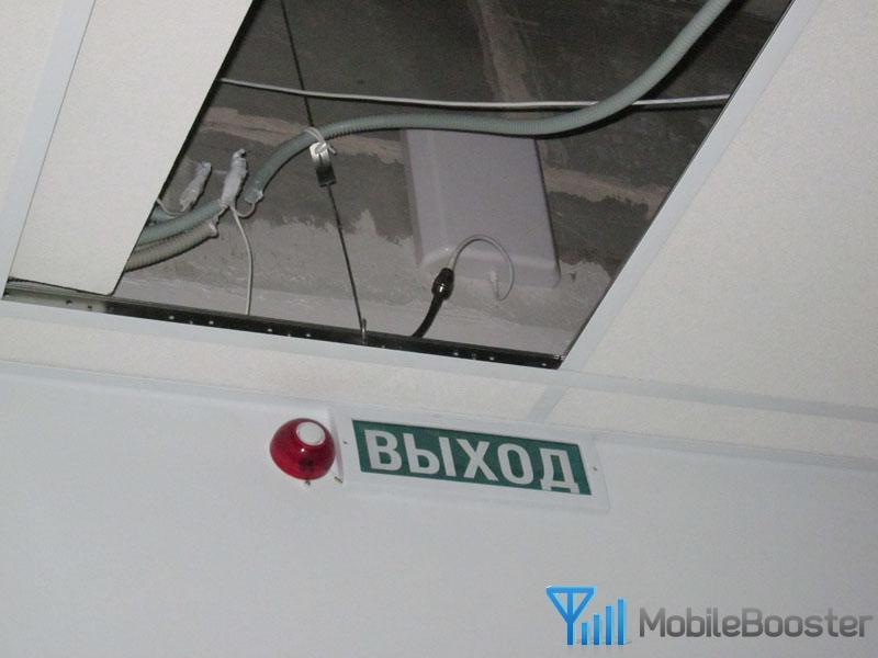 Панельная антенна за подвесным потолком.